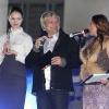 Олег Скрипка вручает награду